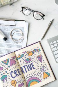 biurko, notes, okulary