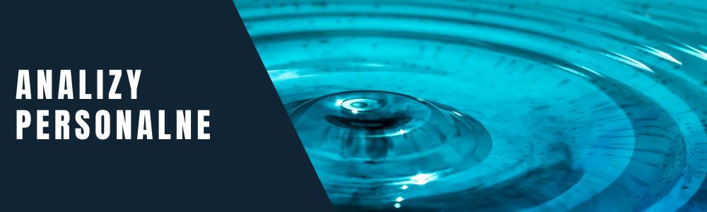 Napis: analizy personalne. Kręgi na niebieskiej tafli wody.