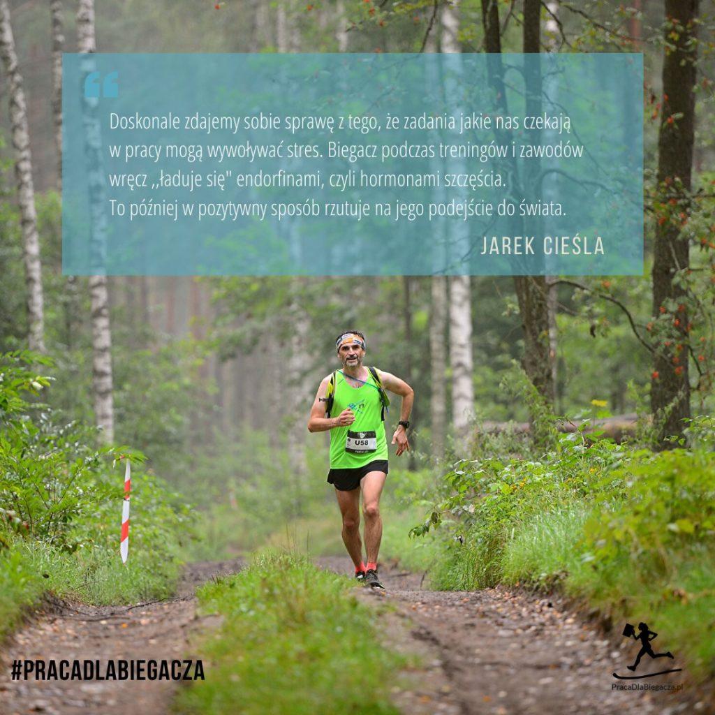 Zdjęcie autora tekstu podczas treningu biegowego w lesie, cytat