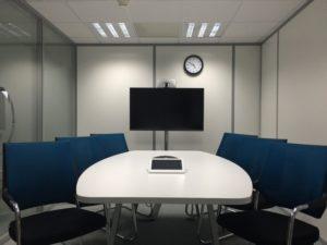 salka konferencyjna, onboarding, krzesła, ekran, zegar