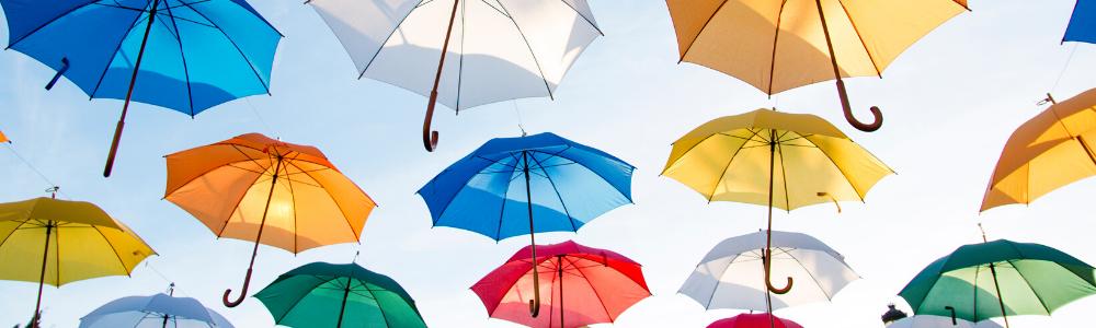 kolorowe parasolki na tle błękitnego nieba